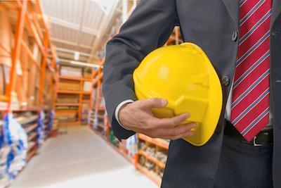 żółty kask zapewniający bezpieczeństwo