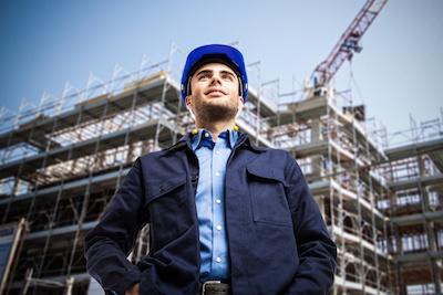 mężczyzna na placu budowy